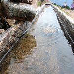 清澈流动的水槽
